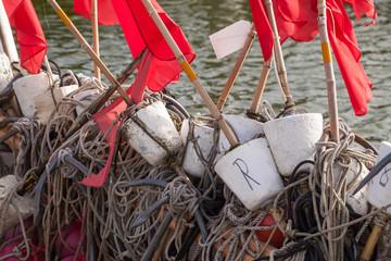 Rote Fahnen auf altem Fischerboot