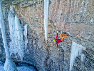 Fototapete - Skilled ice/mixed climber on the rock walls of the East Vail Amphitheater