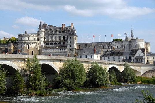 """Château Royal d'Amboise surplombe la Loire, """"Château de la Loire"""", un pont en premier plan, département d'Indre-et-Loire, France"""