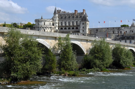 """Château Royal d'Amboise surplombe la Loire, """"Château de la Loire"""", pont en premier plan, département d'Indre-et-Loire, France"""
