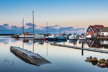Fototapete - Blick auf den Hafen von Klintholm Havn in Dänemark
