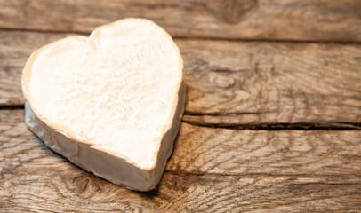 fromage a pâte mole cœur sur fond de bois