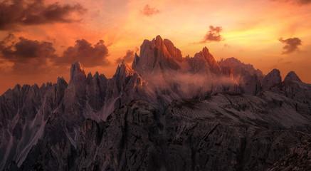 Dramatische Sonnenuntergang über der Cadini Gruppe in der Dolomiten