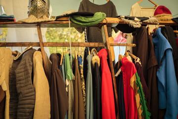 Kleiderständer mit mittelalterlicher Gewandung