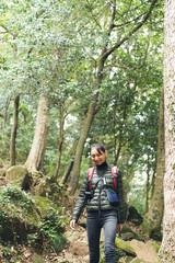 ハイキングをする女性