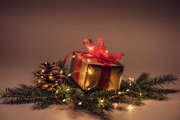 Weihnachtsmotiv Geschenk mit Lichterkette