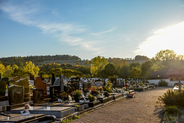 Vue d'un cimetière français sous le soleil couchant en fin de journée en Alsace
