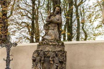 Statue couverte de mousse d'un cimetière en Moselle