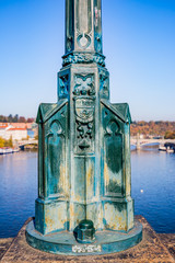 Pied de lampadaire sur le Pnt Charles à Prague