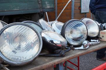 alte Autoscheinwerfer auf Oldtimerflohmarkt