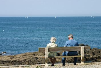 Couple de personnes âgées au bord de la mer en Bretagne