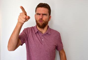 Homme fâché accusant du doigt