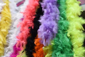 Boas de plumes multicolores
