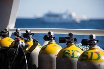 Tauchflaschen auf einem Tauchboot auf dem Roten Meer in Ägypten