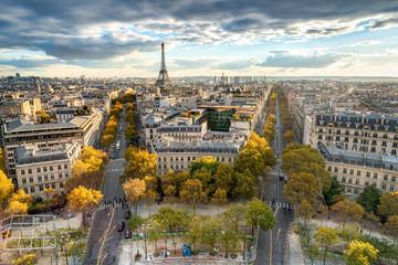 Paris im Herbst mit Blick über die Stadt Skyline und den Eiffelturm
