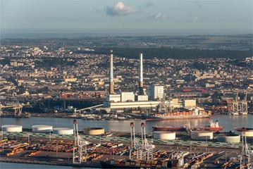 Foto op Plexiglas Panoramafoto s vue aérienne du port du Havre et de la centrale thermique au petit matin en France