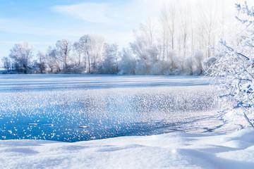 zugefrorener see an einem klaren wintertag Wall mural
