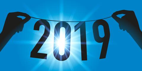 Carte de vœux avec deux mains tenant une guirlande pour présenter la nouvelle année 2019