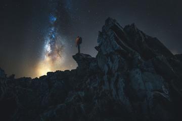 Wanderer bei Nacht auf einem Berg Wall mural