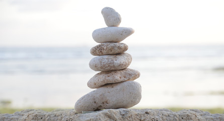 Photo sur Plexiglas Zen pierres a sable Balanced Zen stones on blurred beach background, concept of balance and harmony