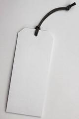 Weißes Etikett mit Struktur an einer Kordel/ Anhänger