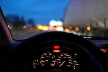 conduire sur la route de nuit