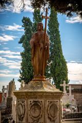 Cementerio católico en una ciudad tradicional del centro de España .
