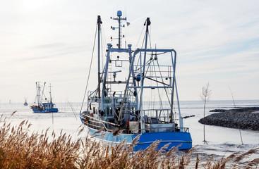 Krabbenkutter an der Nordseeküste auf dem Weg zum Krabbenfang, Küstenfischerei in Norddeutschland