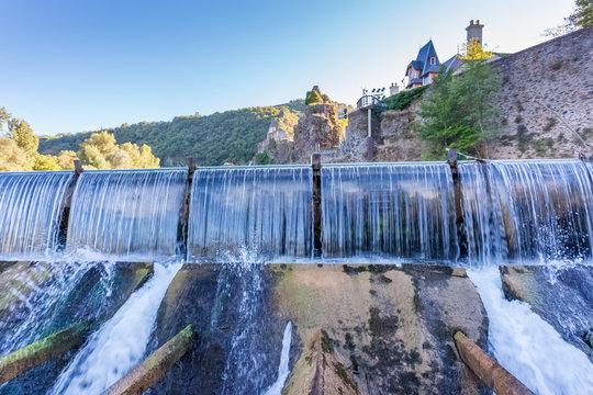 chute d'eau du barrage de la centrale hydroélectrique d'Ambialet sur le Tarn
