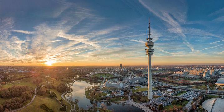Der Olympiapark in München als Luftaufnahme einer Drohne zum Sonnenuntergang im Herzen von München