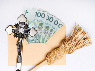 Fototapeta Kropidło, krzyż i koperta z ofiarą pieniężną - symbole związane z chodzeniem po kolędzie.  obraz