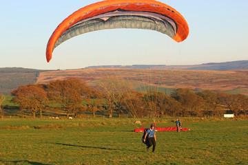 Fototapete - Paraglider landing
