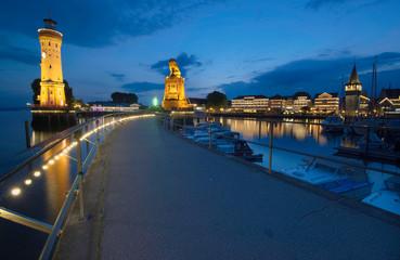 Der Lindauer Löwe an der Hafeneinfahrt bei Nacht ohne Menschen