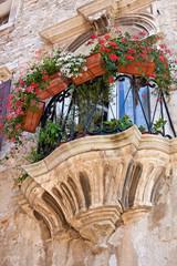 Balkon an einem historischen Gebäude in der Altstadt von Pula in Istrien in Kroatien