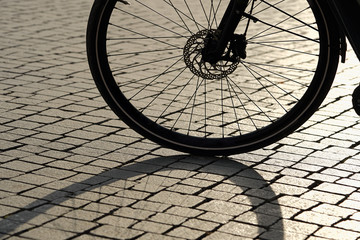 Silhouette von einem Fahrrad bei Gegenlicht in der Innenstadt von Leipzig