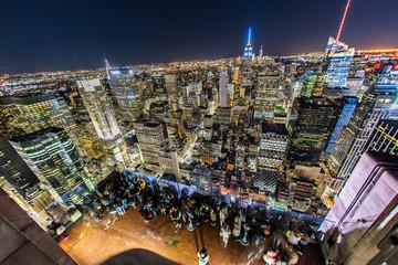 ロックフェラーセンター展望台(トップ・オブ・ザ・ロック)から夜景を眺める人々7