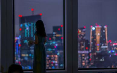 夜景と女性のシルエット
