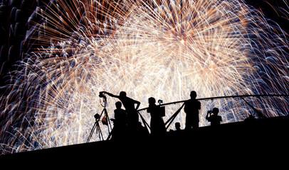 花火と花火を撮影する人々