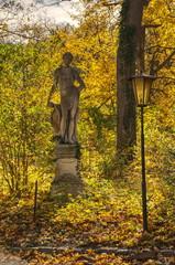 Statue im Herbst