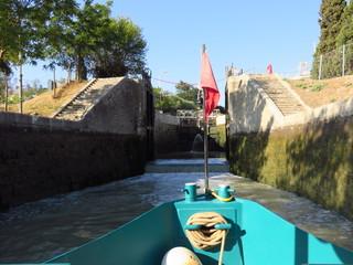 Canal du Midi, proue d'un bateau franchissant les écluses de Fonseranes à Béziers (France)