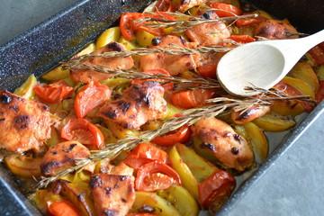 Hähnchen-Auflauf mit Tomaten, Kartoffeln und Rosmarin