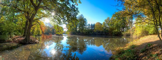 Herbstimpressionen an einem Seitenarm der Nidda in Frankfurt am Main