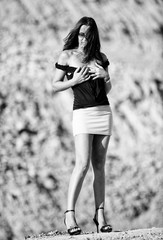 donna ritratto con minigonna e tacchi alti