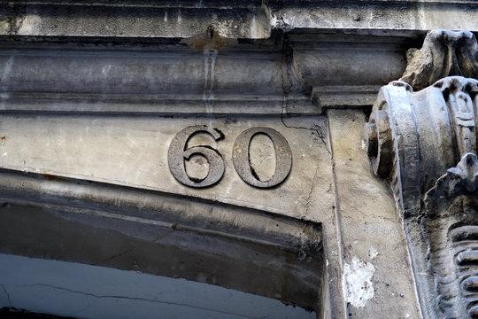 numéro 60 sur façade de pierre