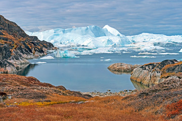Foto op Canvas Arctica Icebergs Peeking Around the Corner