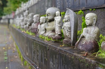 日本の寺の古い仏像
