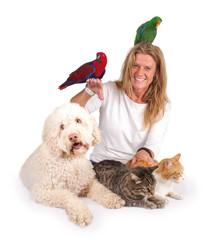 Lachende Frau mit verschiedenen Haustieren