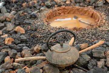 La traditionnelle théière en fonte japonaise pour faire bouillir l'eau