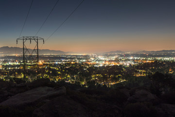 Los Angeles California dawn mountain view of power lines entering the San Fernando Valley.  The San Gabriel Mountains are in background.   Fototapete