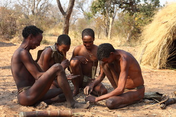 Fototapeta Buschmänner in Namibia beim Feuer machen obraz